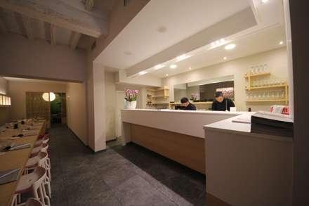 Sosushi Plus: Cucina in stile in stile Asiatico di Falegnameria Ferrari