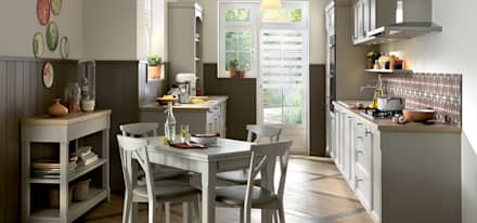 Shaker style small kitchen with dining table by Schmidt: classic Kitchen by Schmidt Kitchens Barnet