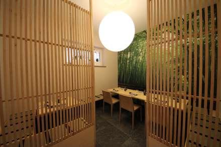 Sosushi Plus: Sala da pranzo in stile in stile Asiatico di Falegnameria Ferrari
