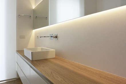Zona lavabo: Bagno in stile in stile Minimalista di studiovert