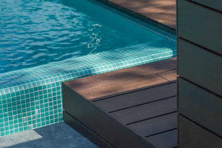 Piscina 1 2 3: Piscinas de jardín de estilo  de AGi architects