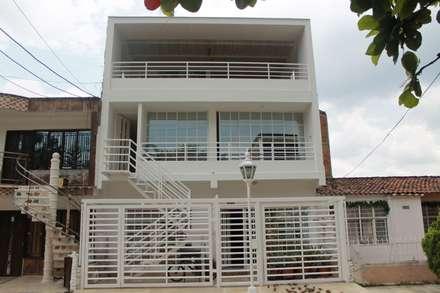 EXTERIOR: Casas de estilo moderno por IngeniARQ