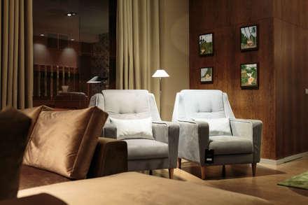 O nosso Showroom: Lojas e espaços comerciais  por Alma Braguesa Furniture