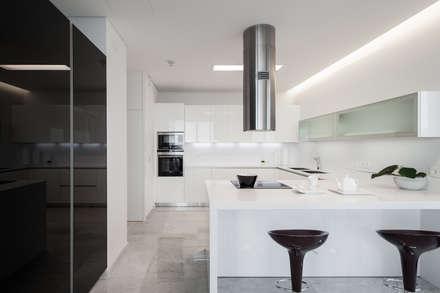 Rodeados de design: Cozinhas minimalistas por FABRI