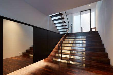 南田辺の家 / House in Minami-tanabe: 藤原・室 建築設計事務所が手掛けた玄関/廊下/階段です。