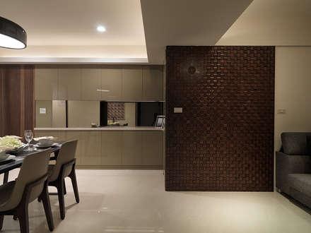 神設計!29坪4房2廳暢快人生:  牆壁與地板 by 大集國際室內裝修設計工程有限公司