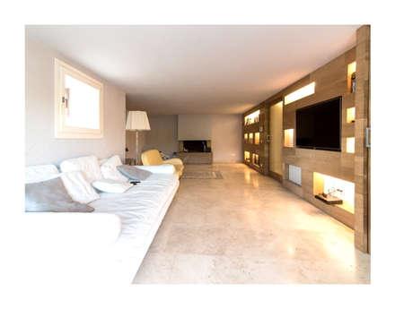 Residenza Privata R.E. - Vinci : Sala multimediale in stile  di Zeno Pucci+Architects