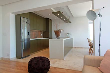 open plan living: eclectic Kitchen by Till Manecke:Architect