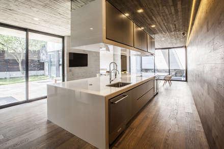 Cocinas de estilo moderno por Miguel de la Torre Arquitectos