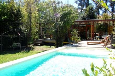 Piscinas de estilo  por Guadalupe Larrain arquitecta