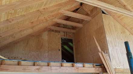 Interior doble altura: Livings de estilo rústico por Arquitectura y Construcción Chinquel