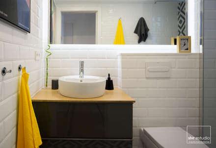 Baño: Baños de estilo mediterráneo de slvr estudio