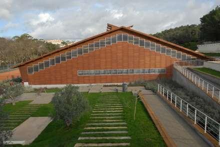 INSTITUTO DO DESPORTO DE PORTUGAL - Complexo Desportivo do Jamor - Centro de Alto Rendimento de Ténis: Ginásios modernos por Jorge Lopes, LABORATÓRIO DE ARQUITECTURA