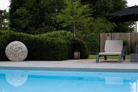 Doordachte vlonder.: modern Zwembad door Heart for Gardens.