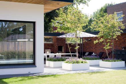 Vleugje allure.: moderne Tuin door Heart for Gardens.