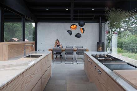 Villa Schoorl: minimalistische Keuken door Architectenbureau Paul de Ruiter