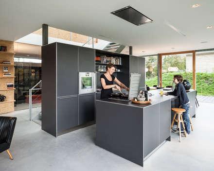 Villa V: minimalistische Keuken door Architectenbureau Paul de Ruiter