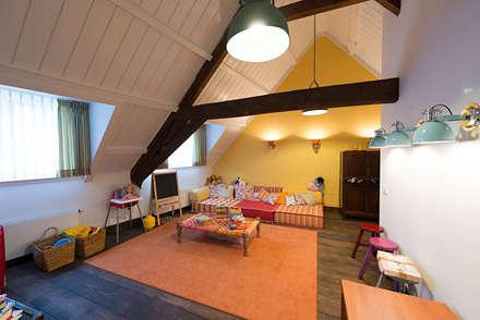 Renovatie en inrichting monumentale stadsvilla: eclectische Kinderkamer door Atelier Denessen Architecture