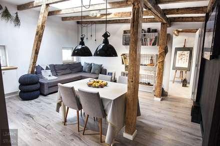 Poddasze w kamienicy: styl , w kategorii Salon zaprojektowany przez Limonki Studio Wojciech Siudowski