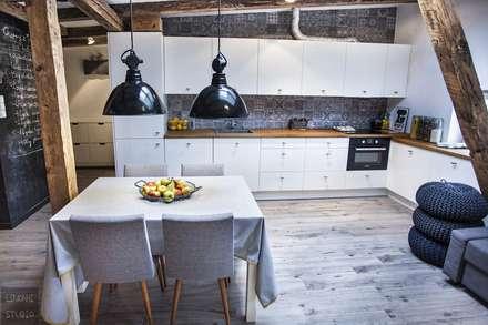 Poddasze w kamienicy: styl , w kategorii Kuchnia zaprojektowany przez Limonki Studio Wojciech Siudowski