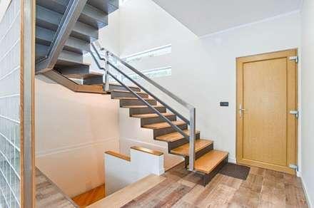 Escada: Corredores, halls e escadas modernos por Rui Arez, arquitecto