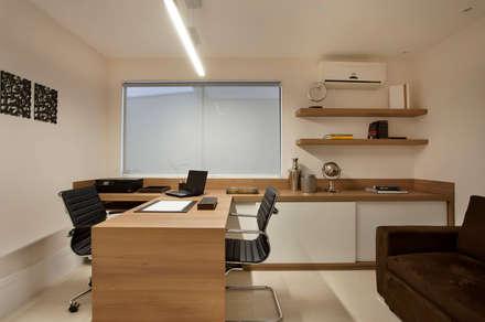modern Study/office by Virna Carvalho Arquiteta