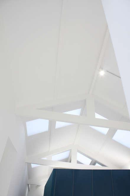 Techos a dos aguas de estilo  por GRAU.ZERO Arquitectura
