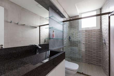 Casa Rio das Contas: Banheiros modernos por 151 office Arquitetura LTDA