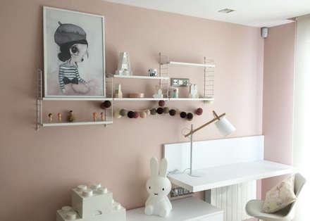 Habitación infantil Clouds Grey-Pink: Dormitorios infantiles de estilo escandinavo de TocToc