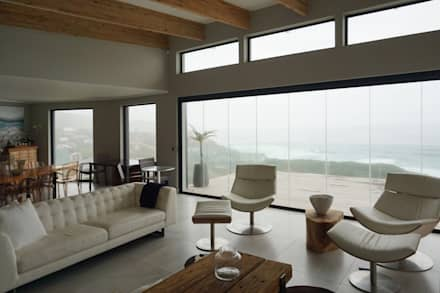 Brenton House living room 02: scandinavian Living room by Sergio Nunes Architects
