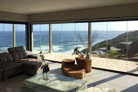 Brenton on Sea: scandinavian Living room by Sergio Nunes Architects