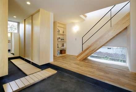 nino: 岡本和樹建築設計事務所が手掛けた玄関/廊下/階段です。