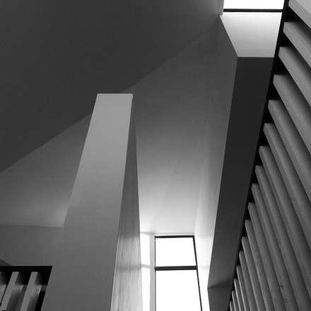 CASA X : Livings de estilo minimalista por Francisco Parada Arquitectos