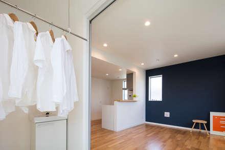 インナーバルコニー 東京都足立区 収納の家: 株式会社小木野貴光アトリエ一級建築士事務所が手掛けたウォークインクローゼットです。
