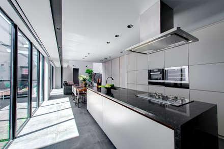 ひと続きのLDK: TERAJIMA ARCHITECTSが手掛けたキッチンです。