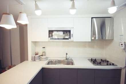 [홈라떼] 인천 24평 아파트 신혼집 홈스타일링 : homelatte의  주방