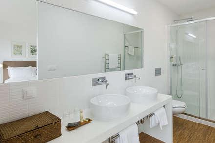 Sobreiras - Alentejo Country Hotel: Casas de banho modernas por FAT - Future Architecture Thinking