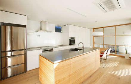 向陽台の家: 福田康紀建築計画が手掛けたキッチンです。