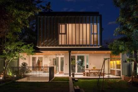 vista nocturna: Casas de estilo moderno por Thomas Löwenstein arquitecto