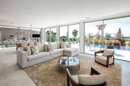 Sala de estar: Salas de estar modernas por Hi-cam Portugal