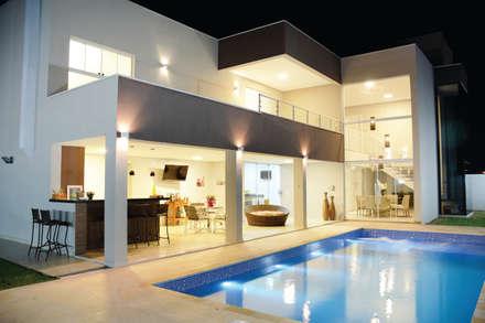 Piscinas de estilo moderno por Híbrida Arquitetura, Engenharia e Construção