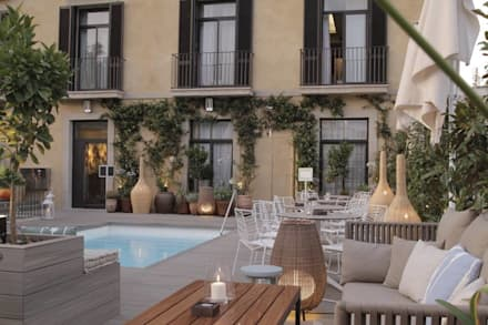 Hotel oasis barcelona: Jardines de estilo mediterráneo de  Naturalgardens  Tindas project s.l
