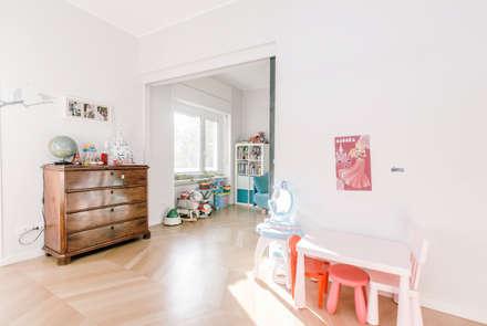 camere bambine collegate: Stanza dei bambini in stile in stile Moderno di studio ixylon