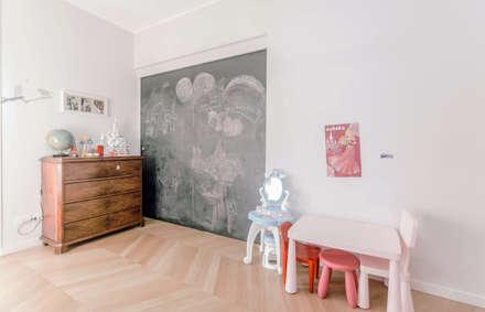 camere bambine separate: Stanza dei bambini in stile in stile Moderno di studio ixylon