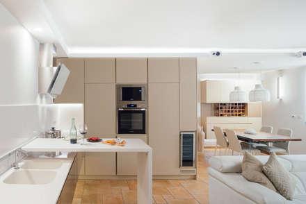 cucina e piano scorrevole: Cucina in stile in stile Moderno di manuarino architettura design comunicazione