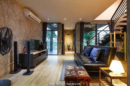 บ้านพักตากอากาศ ชลบุรี:  ห้องนั่งเล่น by BEYOND HOME (THAILAND) Co.,Ltd