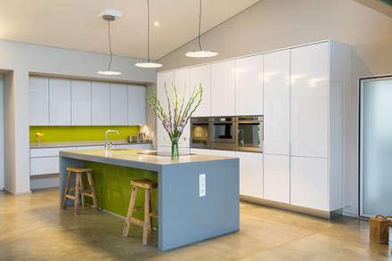 Lodge Gregory: modern Kitchen by meik architecture + design