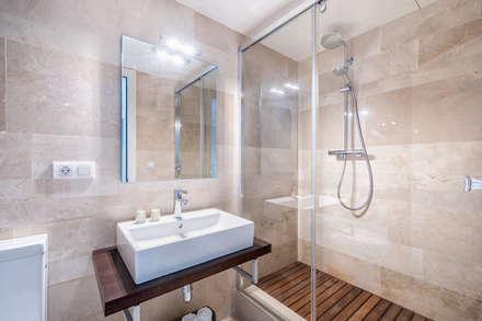 Dúplex en casco histórico Málaga, remodelación para apartamento de alquiler.: Baños de estilo escandinavo de Espacios y Luz Fotografía