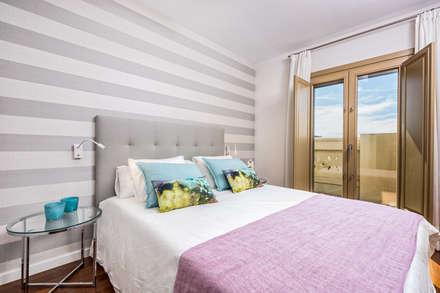 Dúplex en casco histórico Málaga, remodelación para apartamento de alquiler.: Dormitorios de estilo escandinavo de Espacios y Luz Fotografía