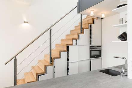 Küche unter der Treppe: moderne Küche von Carola Augustin Innenarchitektur